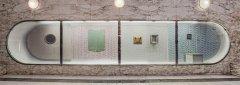 Instalaci jsem vytvořil jako připomenutí interiérové vizuality 80.let včetně zdobení válečkovaných stěn obrázky .Reagoval jsem na vzhled galerie F.B která vznikla právě v těchto letech